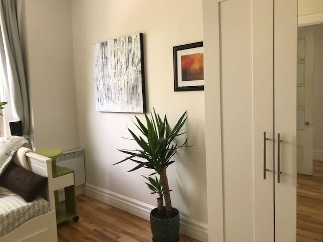 Votre chambre dispose également d'un grand placard pour loger tout vos vêtements.