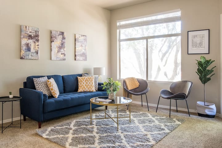 Bright + Airy 2BR Apt w/ Covered Parking