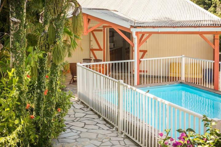 """Gîte Ixora avec piscine, """"Jardins de Pointe Noire"""" - Pointe Noire - Apartment"""