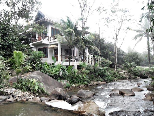 """โฮมสเตย์น้ำตกธรรมชาติ""""ภายในบ้าน"""" - Chanthaburi"""