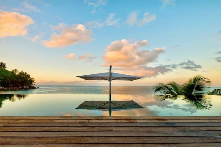 Luxurious Villa On The Sea