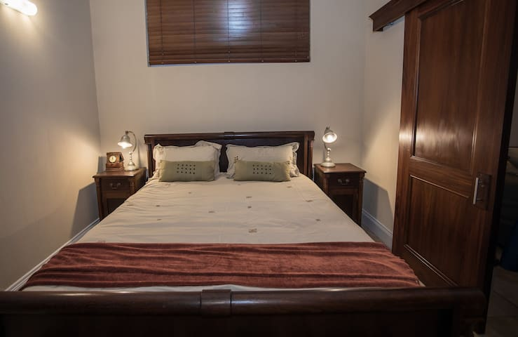 Cosy private en-suite double @ Ocean Mile Villa