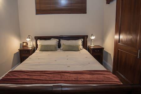 Cosy private en-suite double @ Ocean Mile Villa