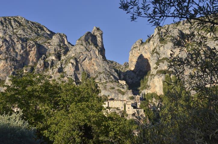 Une fenêtre sur le village de Moustiers - Moustiers-Sainte-Marie - Villa