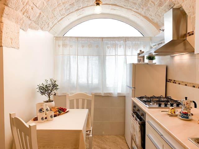 Angolo cucina con il tavolo da pranzo (kitchen area with dining table)