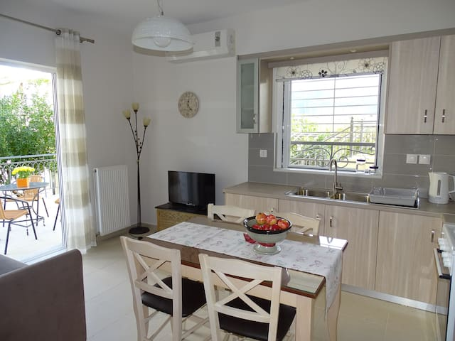 New, cozy apartment 10 minutes from the beach - Kalamata - Apartemen