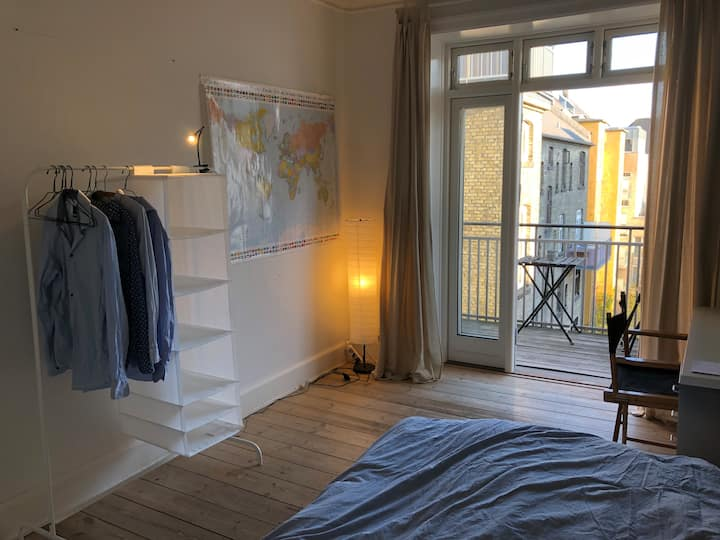 Bright room with balcony in central Copenhagen