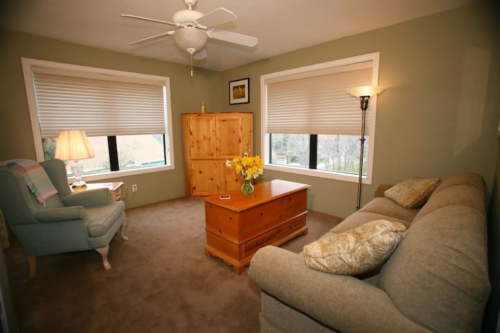 Spring Room at Eaglenest Bed & Breakfast - Julian - Bed & Breakfast