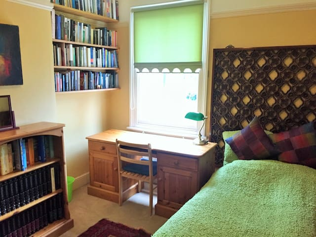 Artist Cottage B&B | Cowley Road | The Green Room