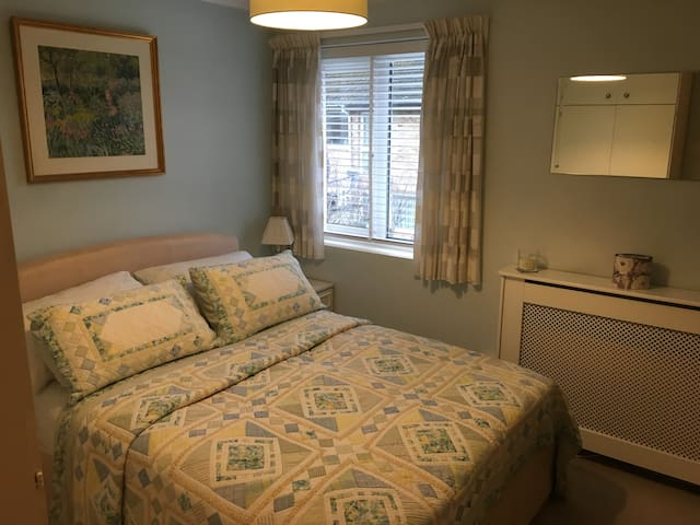NEW Cosy light doublebed room for single occupancy