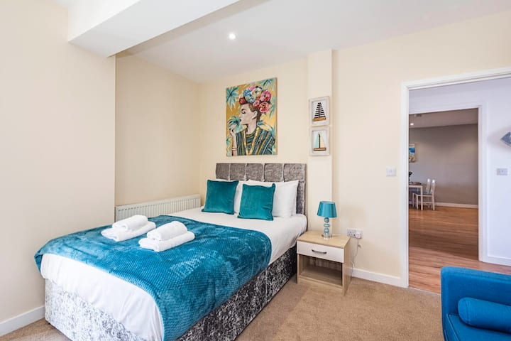 Unwind In This Prestigious Central with balcony Apartment!