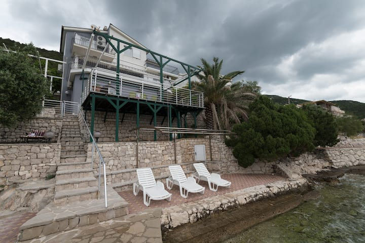 Villa Borak - Five Bedroom House with Private Beach