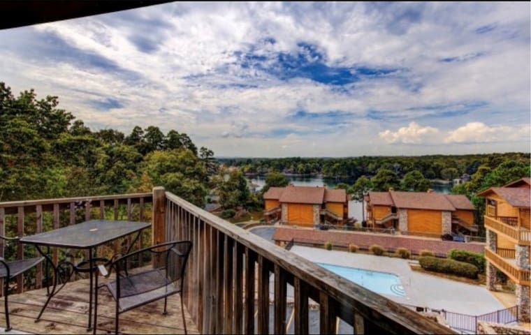 Lakefront Condo!! 2B/2B!! Minutes from downtown!!