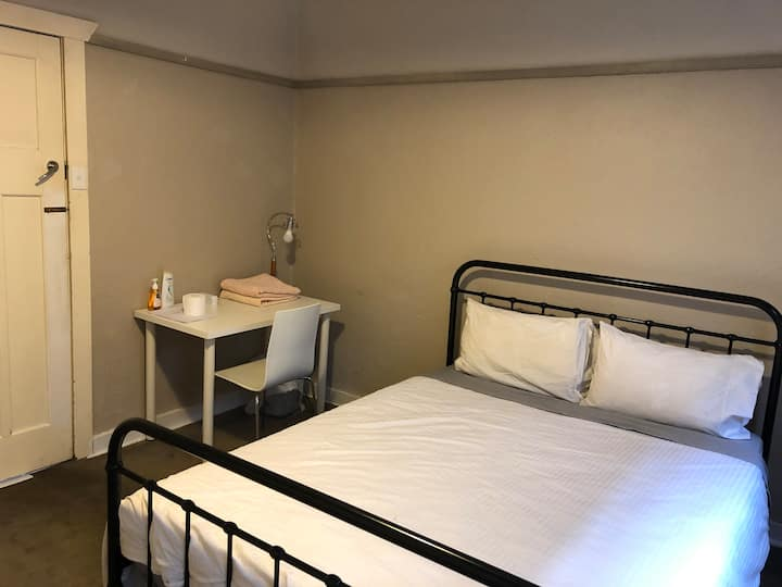 Large clean and tidy room - ideal for travellers