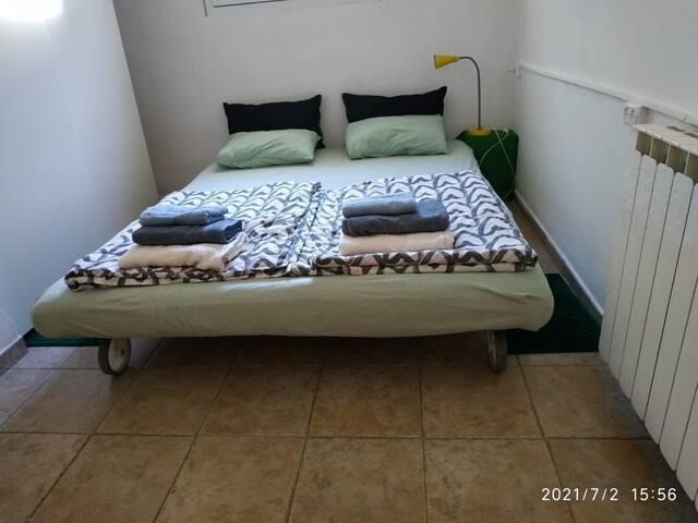 חדר שינה #2: ספה שנפתחת למיטה זוגית 160×200.  ארון בגדים לשימוש האורחים, שידה לשימוש האורחים.