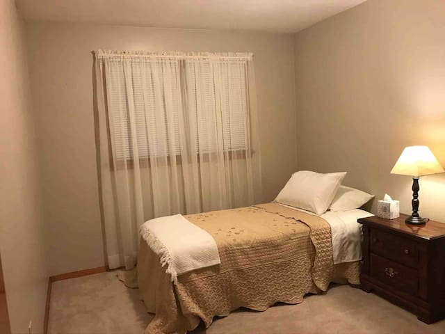Traditional Single Room, close to LECOM and Mall