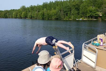 Lake House - Sleeps 12 - Includes 24' Pontoon Boat