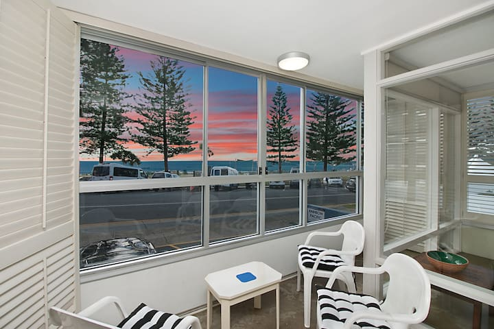 Rainbow Pacific Unit 2 - Right on the beach in Rainbow Bay Coolangatta Gold Coast