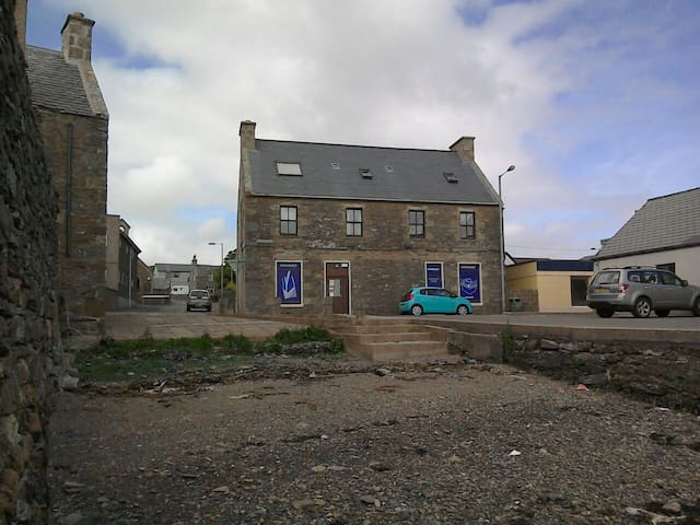 Spacious comfortable beachfront flat in Scalloway.
