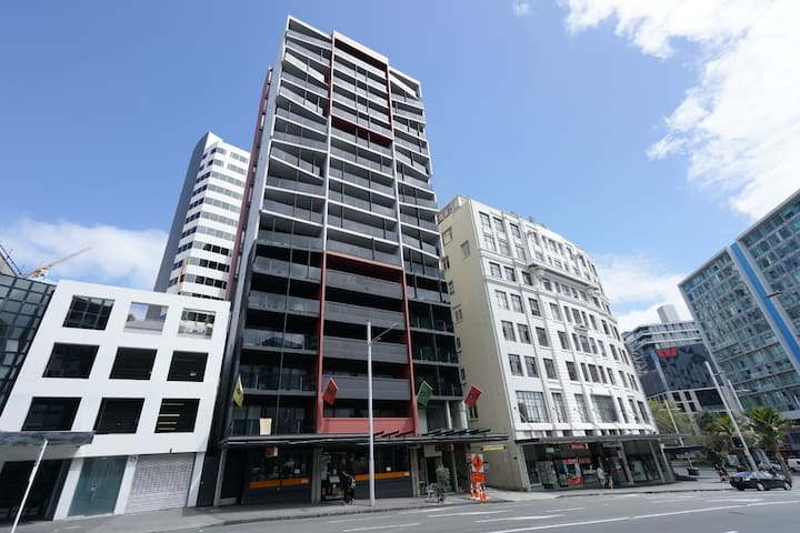 2 Bedroom Apt in the heart of Auckland- w/Aircon