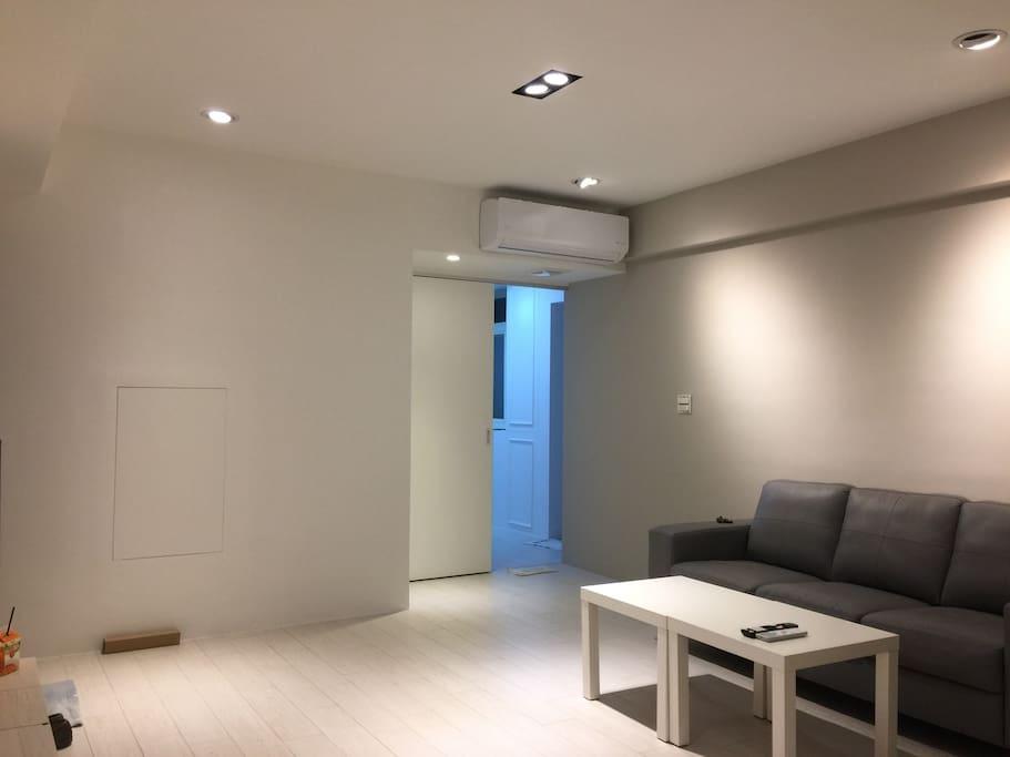 Spacious and Cozy: 33m² Decor With Contemporary Art Design 舒適客廳空間 獨立空間約10坪使用空間