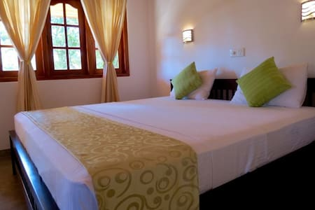 Villa comfort private room AC, HW,SWIMMING POOL - Hikkaduwa - Villa