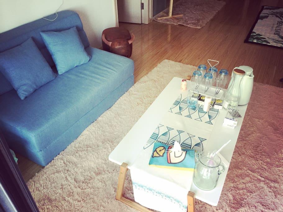 客厅沙发和茶具