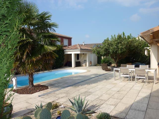 Chambre en rez-de-jardin et salle d'eau privée - Saint-Marcel-lès-Valence - Haus