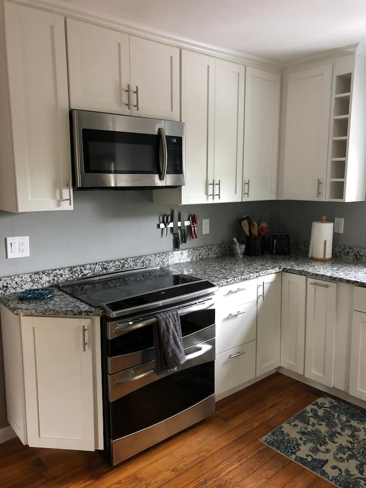 Newly renovated 2BR apt near Broadway w/ parking