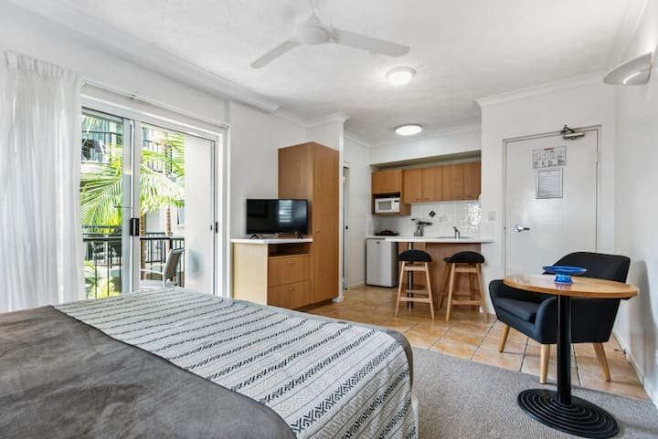 Twin Quays, Studio Apartment, close to the river