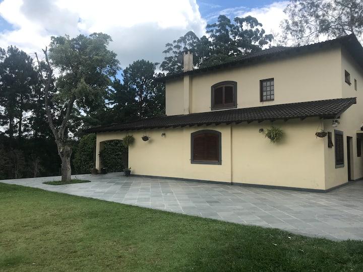 Casa de campo com piscina perto de São Paulo!
