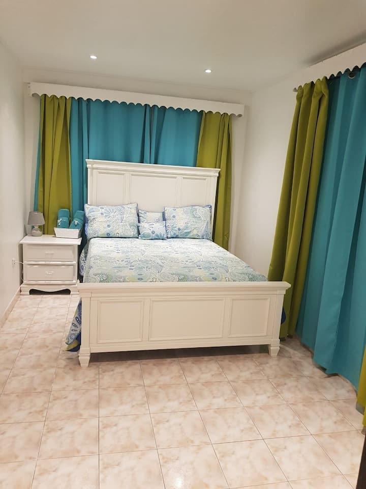 Chambre avec frigo et micro ondes au bord de mer.