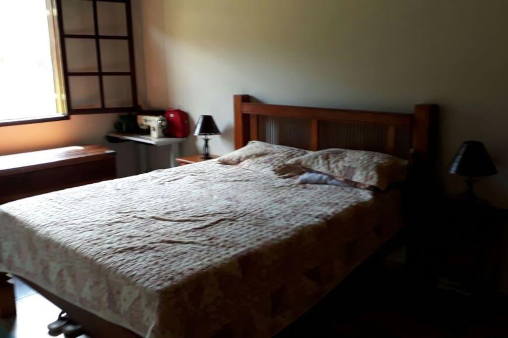 Quarto principal, contem uma cama de casal e outra de solteiro.