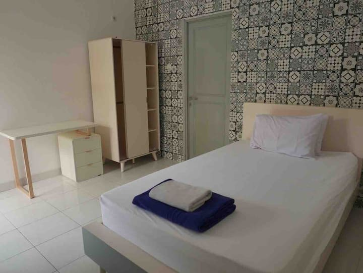 Retras' Hostel: Private Single Room near UGM