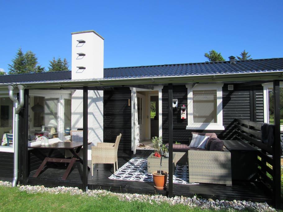 Her findes alt i terrasser - sydvendt overdækket, vestvendt overdækket/lukket og åben. Samt lækker morgenmadstaerrasse.