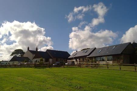 Converted Barn with panoramic views of Dartmoor - Southcott, Okehampton - Huis