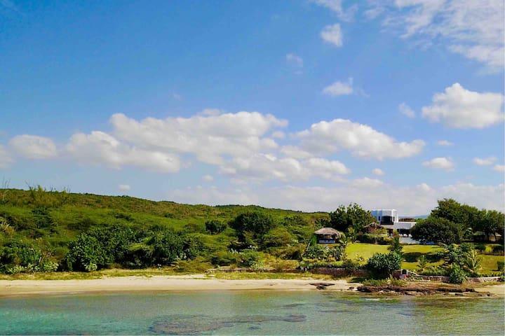 Spectacular villa with big garden + it's own beach