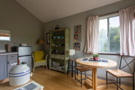 Private suite in artist's home - Watsonville - Townhouse
