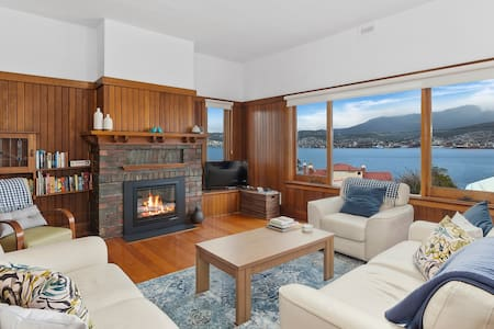 Bellerive Bluff magic - renovated home with views