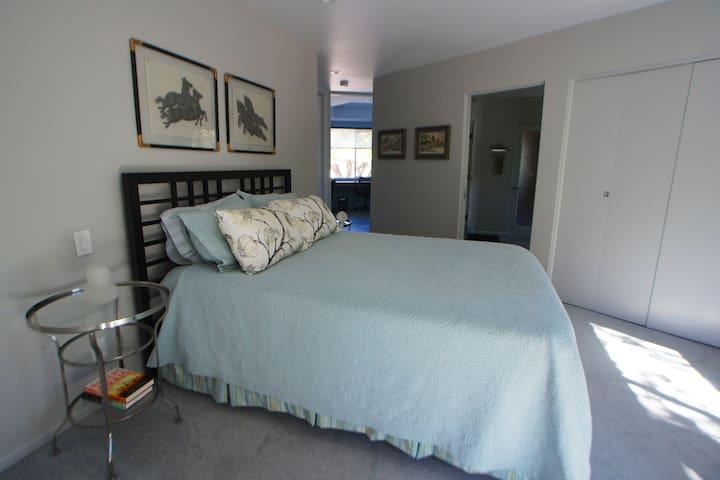 Mid-Century guest house retreat w/ pool and sauna - Glendale - Casa de hóspedes
