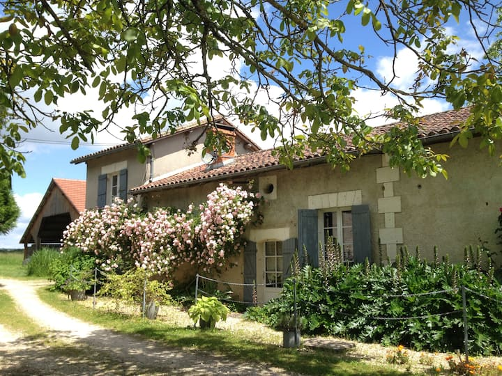 Charming Farmhouse near Aubeterre