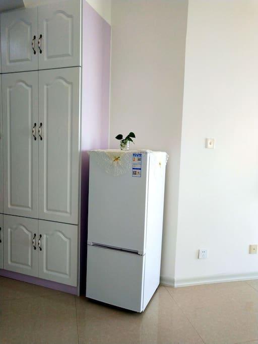 房间内冰箱