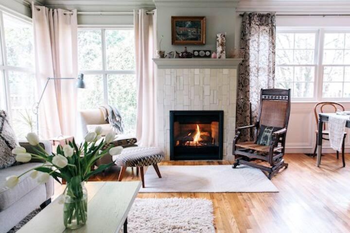 Cute + Cozy Cottage in Portland!