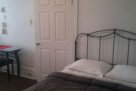 Spacious Apartment Very Close to Downtown - Pittsburgh