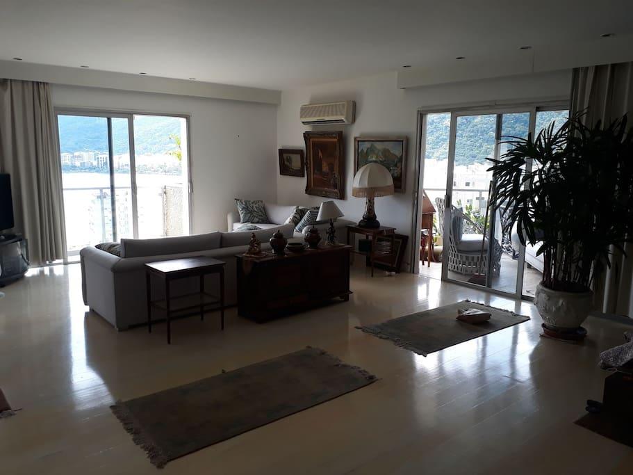sala de estar com varandas