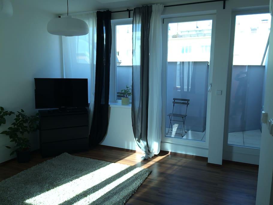 Obývací pokoj s televizí a satelitním připojení, s terasou
