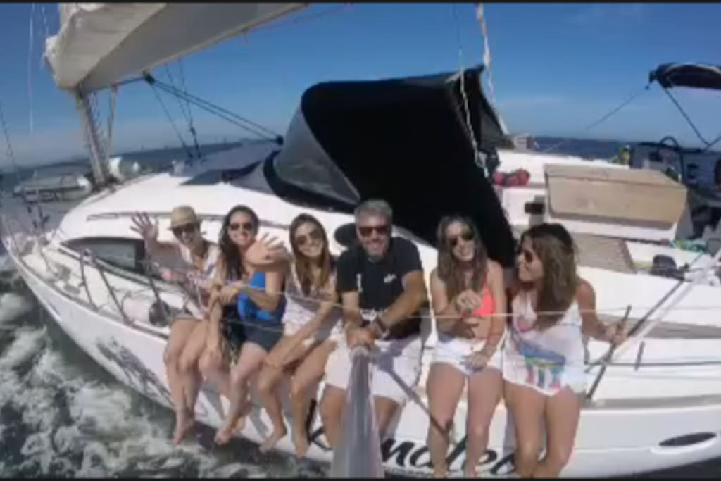 unas amigas navegando