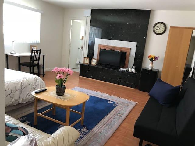 Master Bedroom in RH central location! - 羅蘭崗寬敞大套房