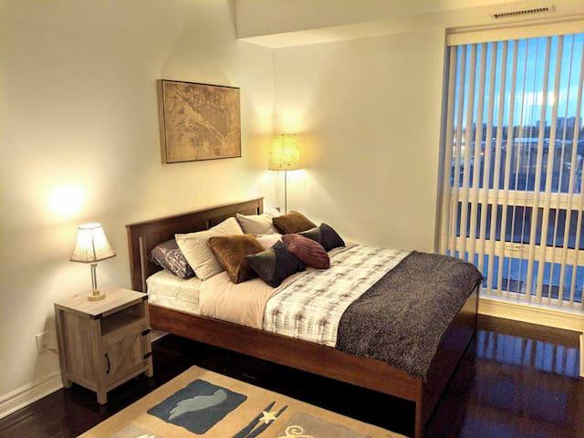 Luxury 1+1 bedroom 2 bath condo, steps to subway