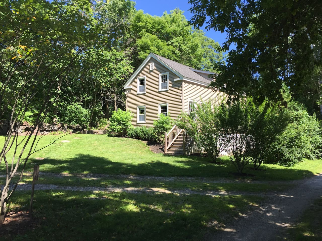 Newly renovated cottage in Salibsury, CT, steps from the Great Falls, the Housatonic River and the AT!